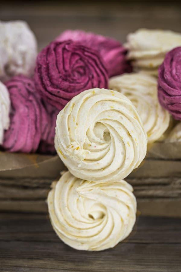 Marshmallows do fruto feitos a mão na caixa de presente imagens de stock royalty free
