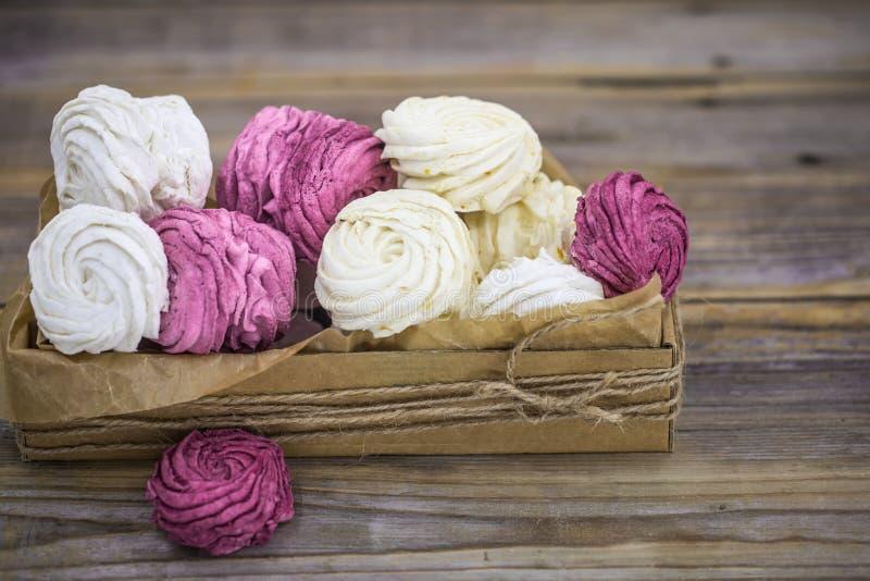 Marshmallows do fruto feitos a mão na caixa de presente fotografia de stock royalty free
