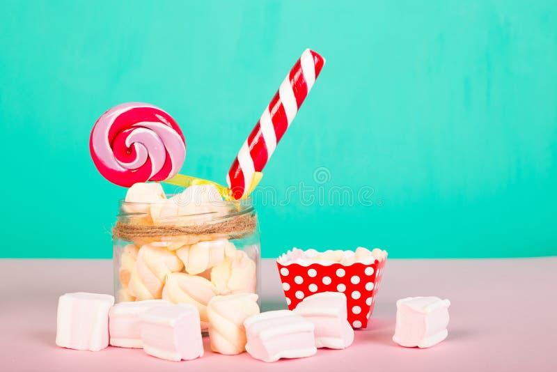 Marshmallows doces com pirulito foto de stock