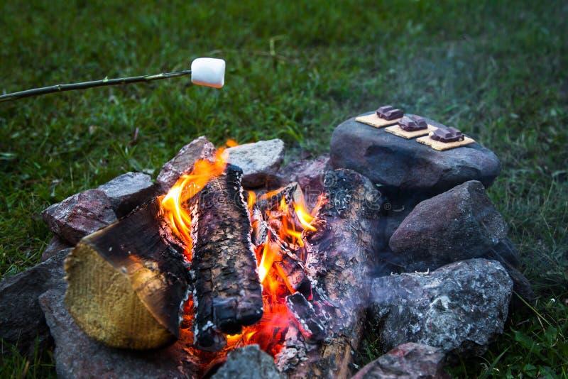 Marshmallows e smores de Rosting na fogueira fotos de stock royalty free