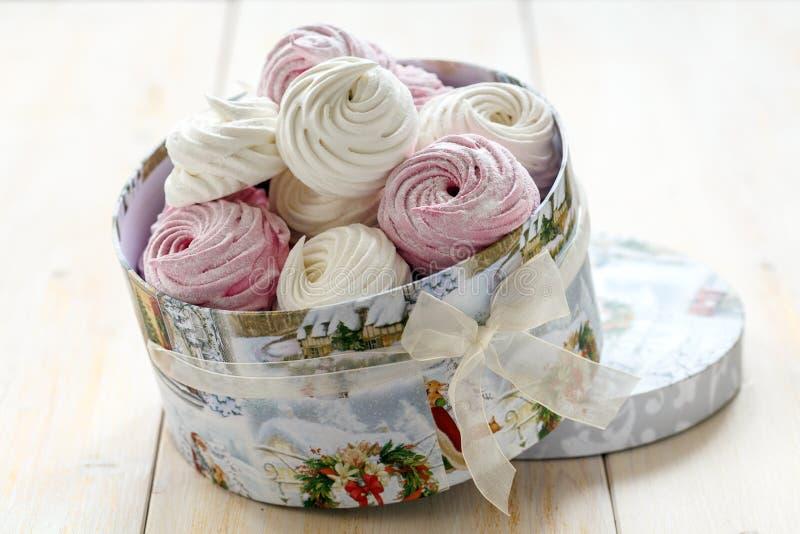 Marshmallows em um close up da caixa de presente foto de stock royalty free