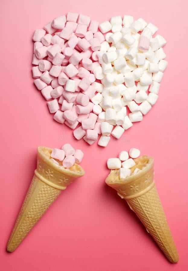 Marshmallows serca i lodów rożki obrazy stock