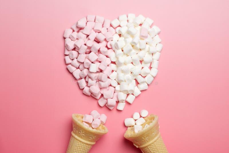 Marshmallows serca i lodów rożki zdjęcia stock
