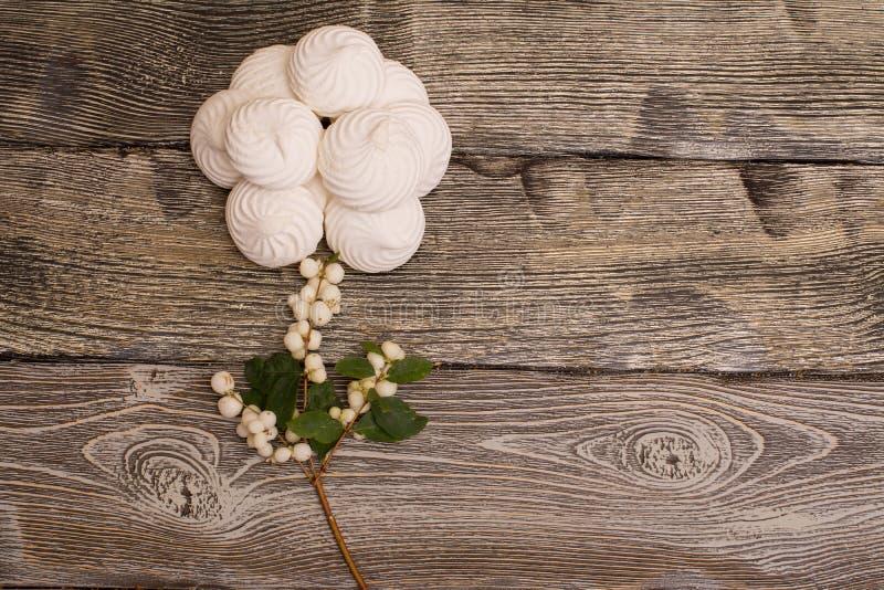 Marshmallows z jagodami na drewnianym stole Wzrastał obrazy stock