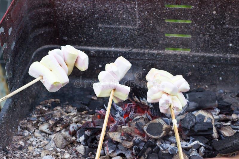 Marshmellows de la asación en parrilla imagen de archivo