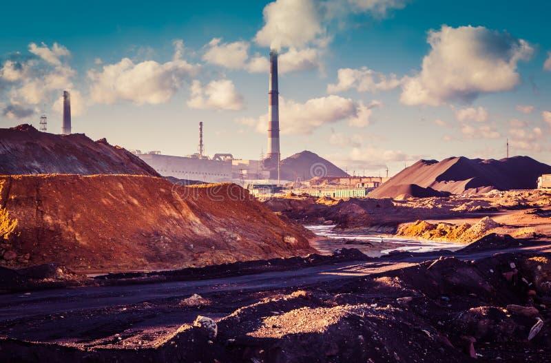 Marsjańscy krajobrazowi pobliscy facnjry, brudni toksyczni kolory skażona ziemia, ?rodowiskowa katastrofa zdjęcie royalty free
