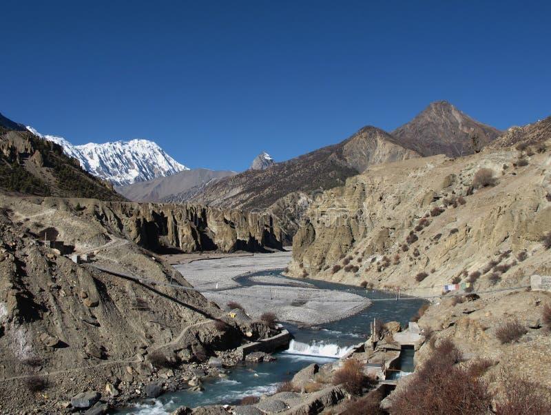 Marsyangdi河和Tilicho峰顶 免版税库存图片