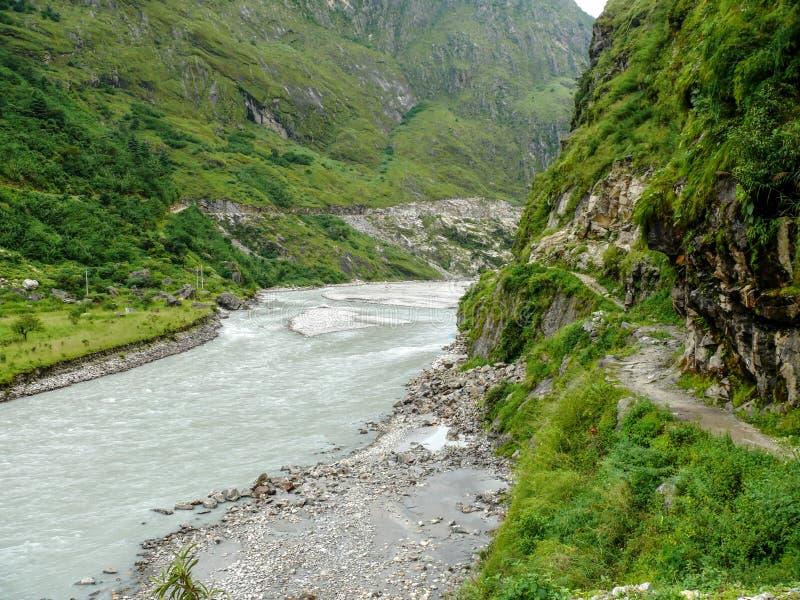 Marsyangdi flod nära den Tal byn - Nepal royaltyfria bilder