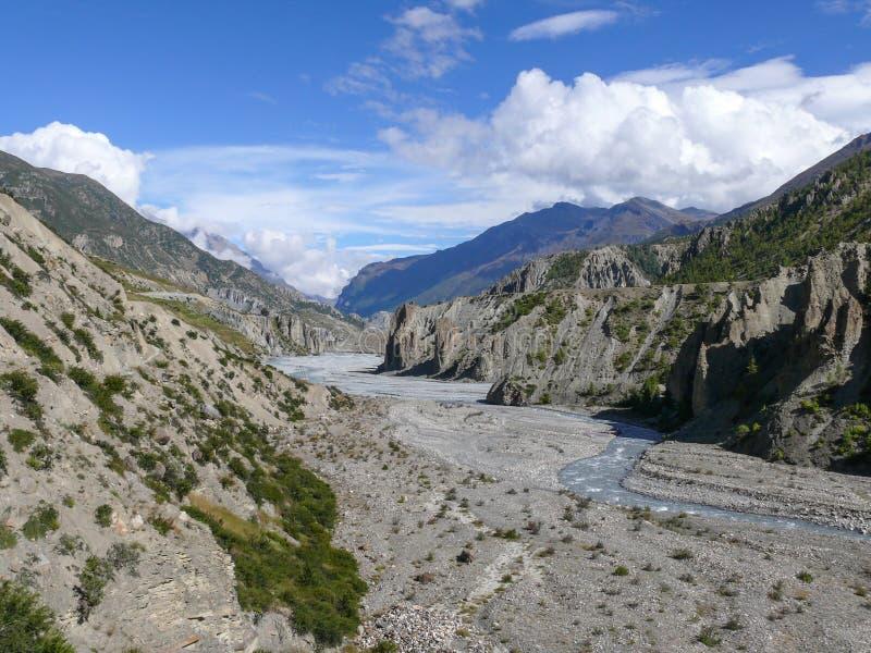 Marsyangdi flod nära Manang, Nepal arkivfoton