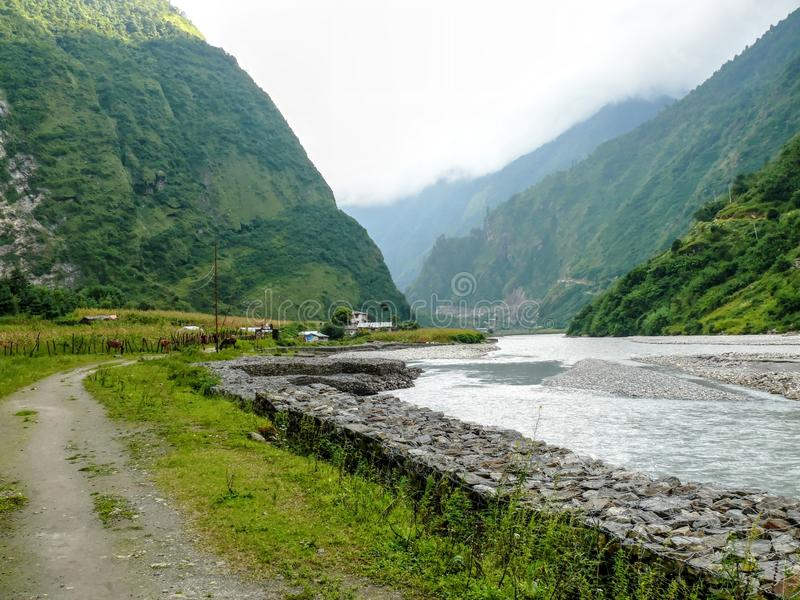 Marsyangdi-Fluss und Tal-Dorf - Nepal stockfotos