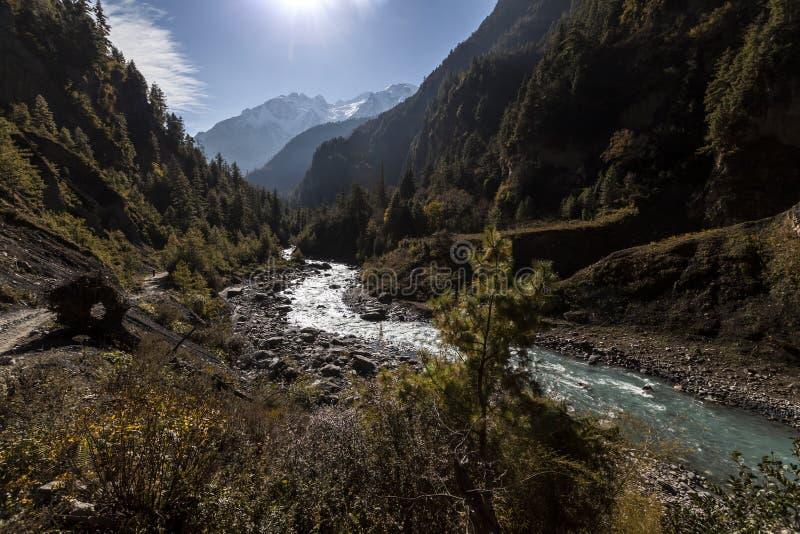 Marsyangdi River Valley i Himalayas, Nepal, Annapurna naturvårdsområde arkivbild