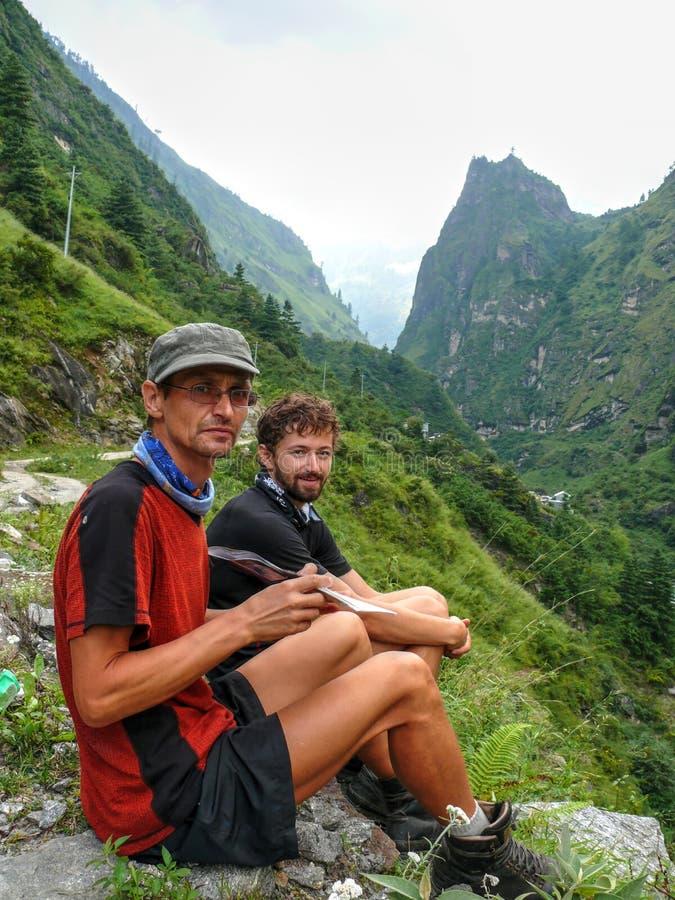 Marsyangdi River Valley nära den Dharapani byn - Nepal fotografering för bildbyråer