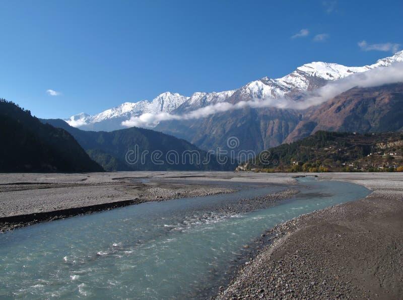 Marsyangdirivier en sneeuw afgedekte bergen, Nepal stock afbeeldingen