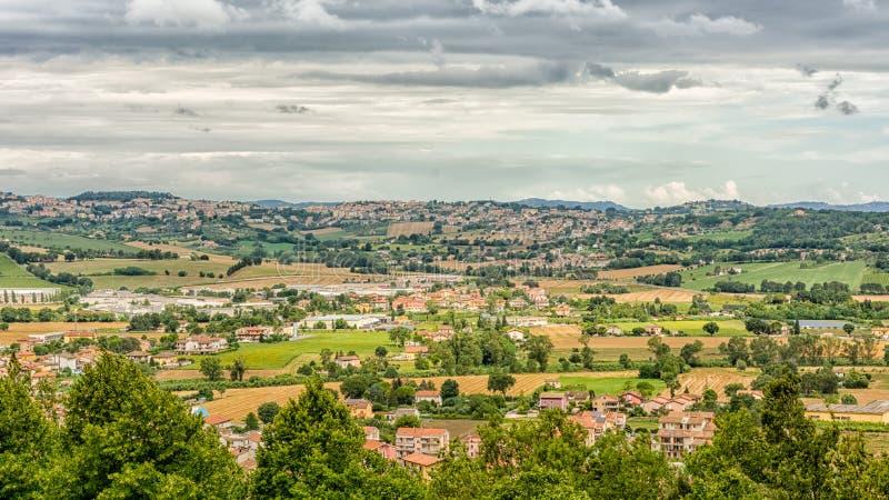 Marsz wsi krajobraz w Włochy Widok od tarasu sanktuarium Święty dom Loreto miasteczko obraz stock