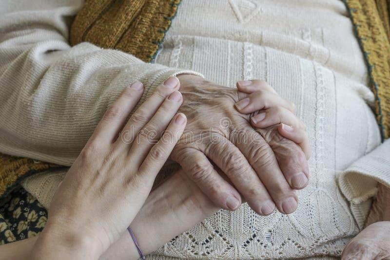 Marszcząca ręka trzymający młode ręki obrazy royalty free