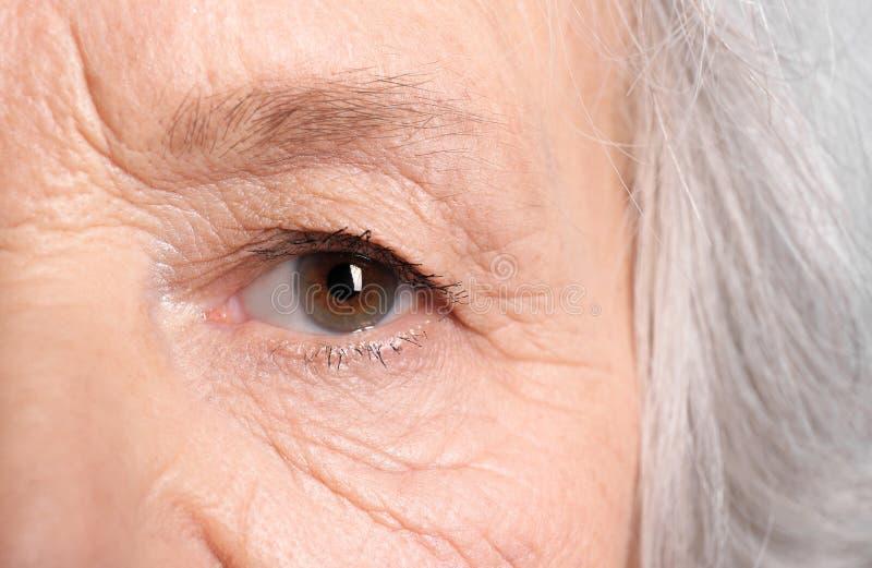 Marszcząca twarz starsza kobieta, zbliżenie zdjęcie royalty free