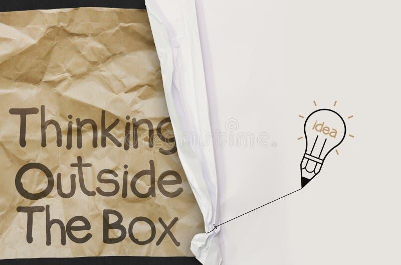 Marszczący papierowy przedstawienie myśli outside pudełko z zmiętymi papierowymi półdupkami zdjęcie stock