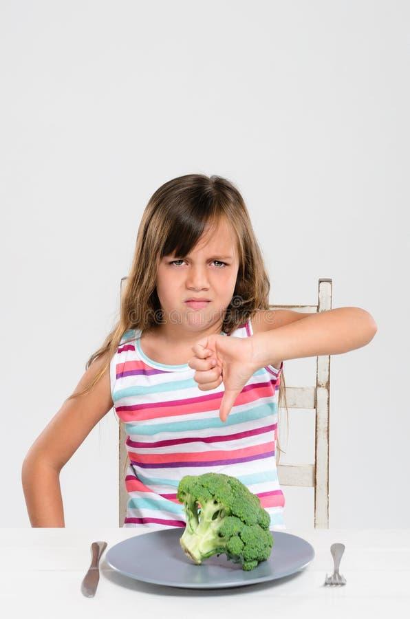 Marszczyć brwi wzburzonej dziewczyny z jej warzywami zdjęcie royalty free