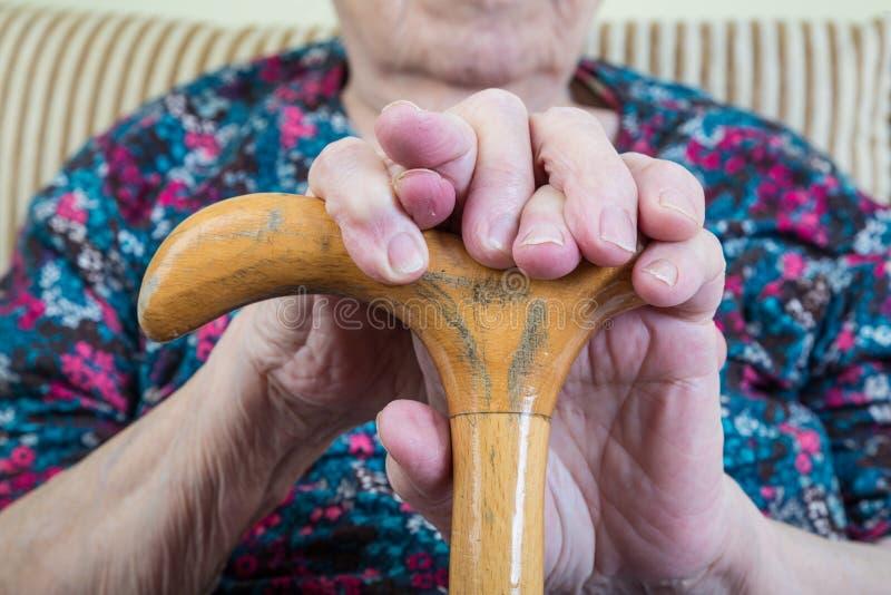 Marszczyć ręki starsza kobieta na trzcinie zdjęcia royalty free