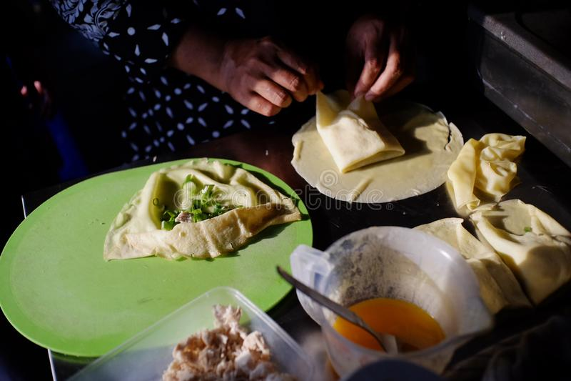 Martabak ingredienser, berömd vikt repedisk som fylls med kryddor, ägg, salladslökar och snitt av kött fotografering för bildbyråer