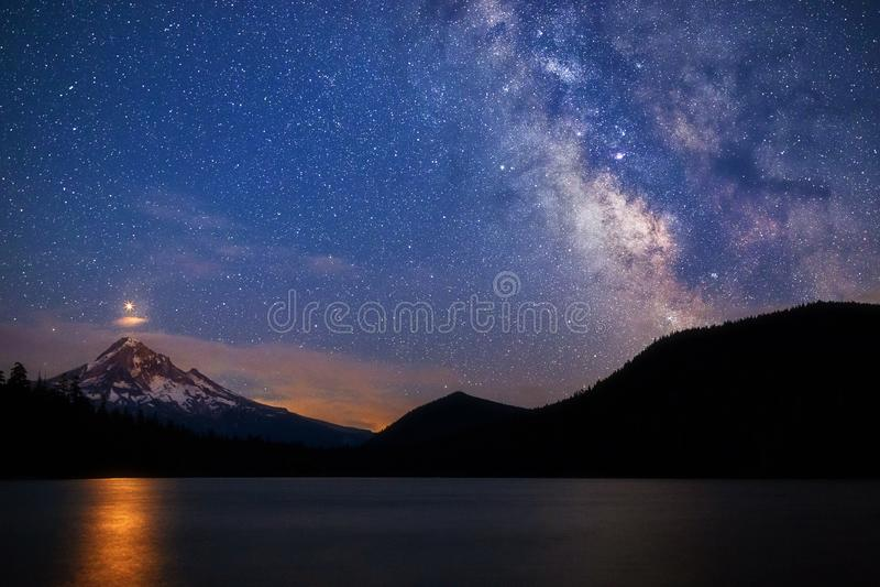 Marte che aumenta sopra il Mt Cappuccio con la Via Lattea nel lago perso, Oregon fotografie stock libere da diritti