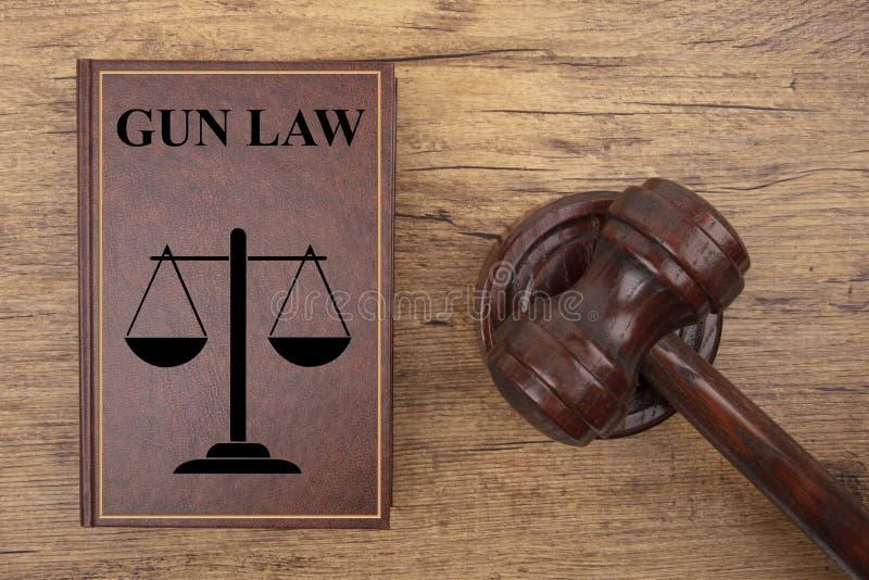 Marteau de cour avec le livre de loi d'arme à feu photo libre de droits