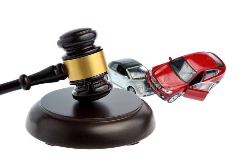 Marteau de juge avec des modèles d'accident de voiture d'isolement sur le blanc photo stock