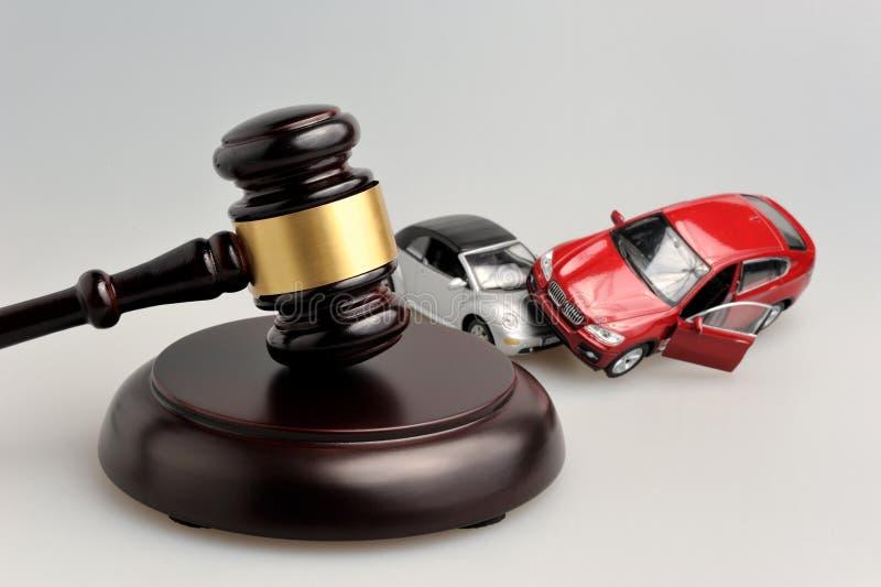 Marteau de juge avec des modèles d'accident de voiture sur le gris image stock