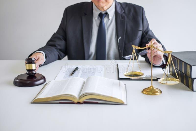 Marteau de juge avec les avocats de justice, le conseiller dans le costume ou l'avocat travaillant ? l'des documents dans la sall photos stock