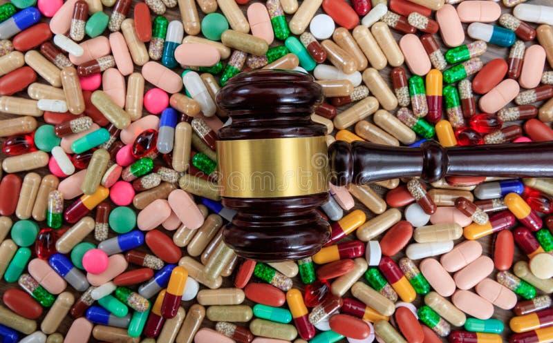 Marteau de juge sur le fond de drogues image libre de droits