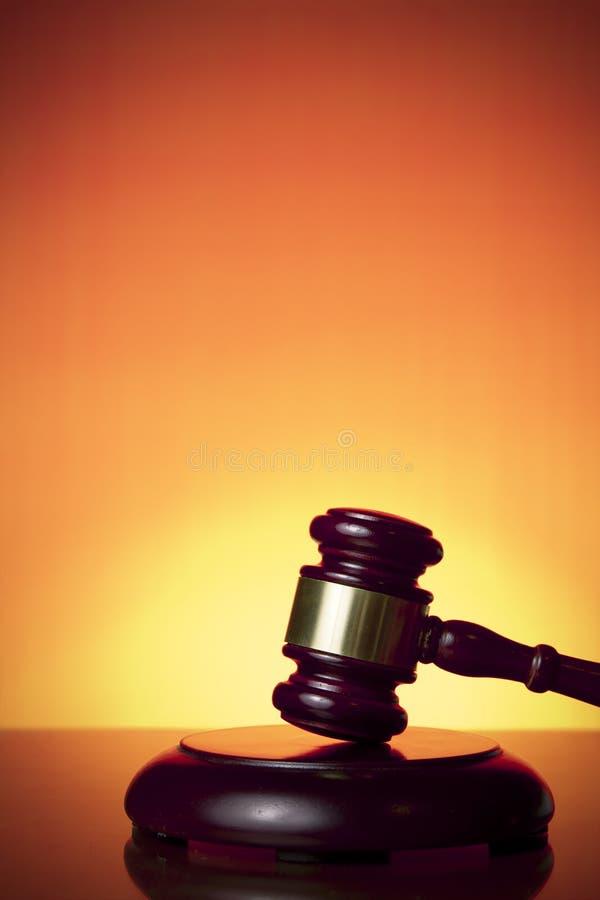 Marteau de juge sur le fond orange photos stock