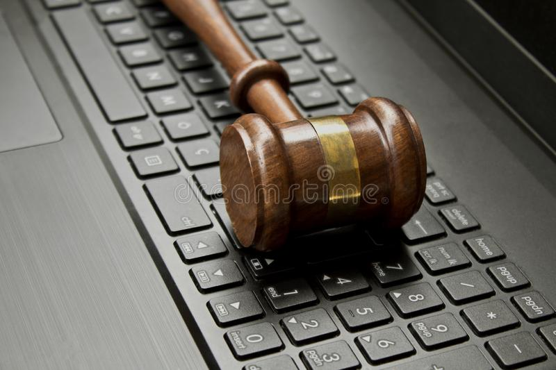 Marteau de juge sur un clavier d'ordinateur photo stock