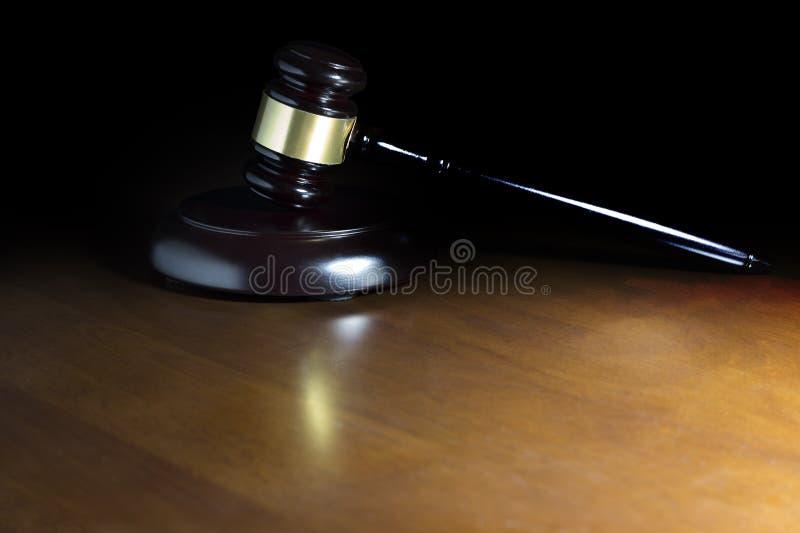 Marteau de loi sur la table en bois image libre de droits