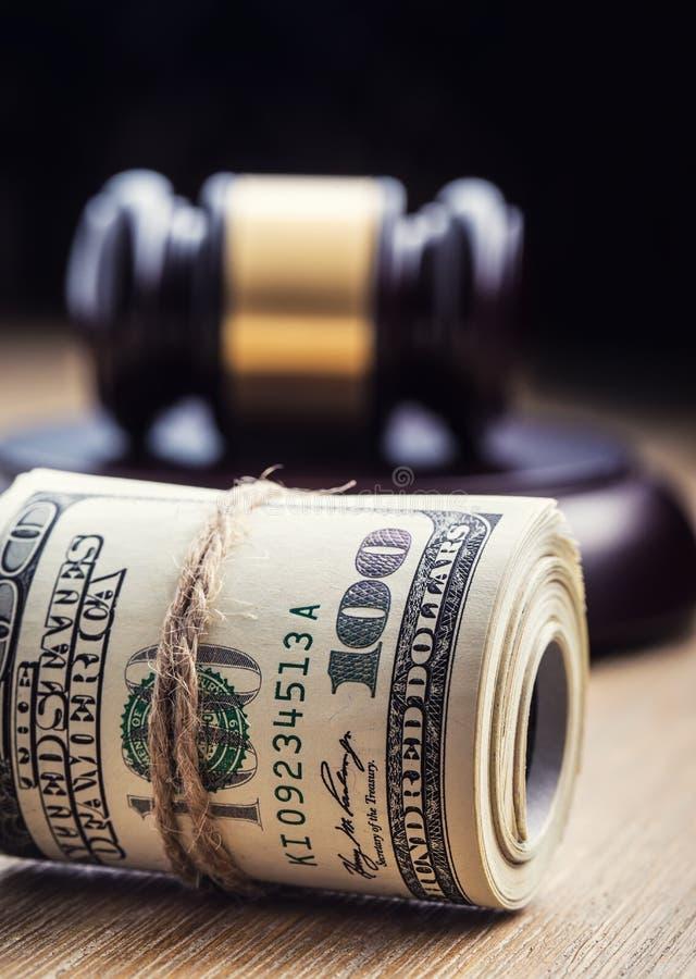 Marteau de marteau du ` s de juge Billets de banque des dollars de justice et drapeau des Etats-Unis à l'arrière-plan Marteau de  photo stock