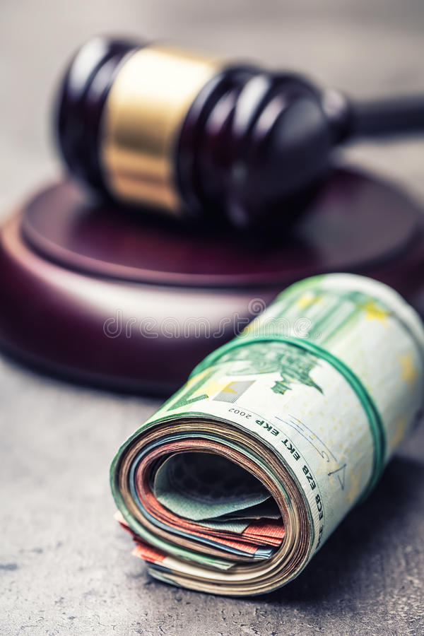 Marteau du marteau du juge Argent de justice et d'euro Euro devise Marteau de cour et euro billets de banque roulés image stock