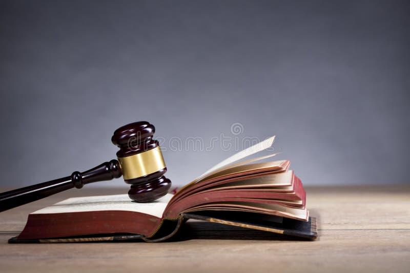 Marteau du ` s de juge et échelle en bois de justice loi bureau du