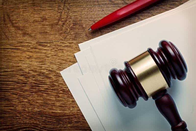 Marteau en bois de juges et papier blanc images libres de droits