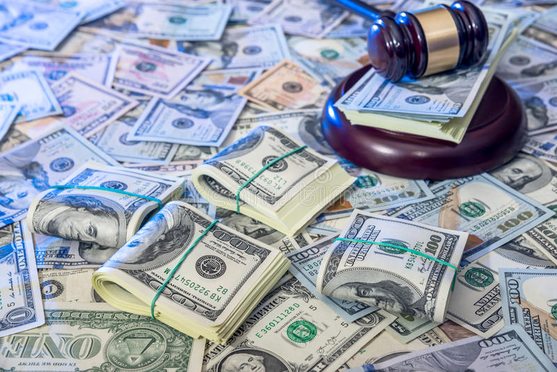 Marteau en bois de loi sur dollar US image libre de droits