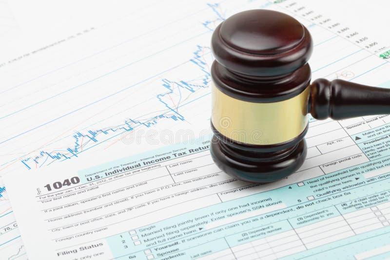 Marteau en bois du ` s de juge plus de feuille d'impôt des 1040 Etats-Unis - fermez-vous vers le haut du tir de studio photographie stock