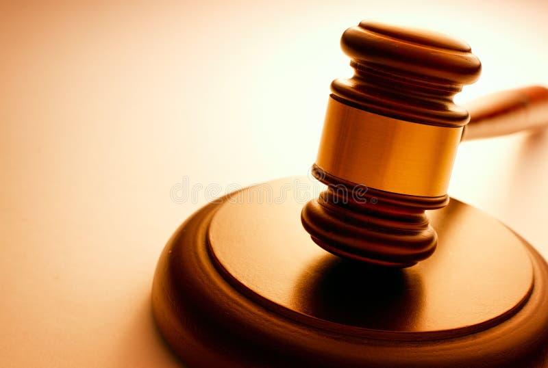 Marteau en bois employé par un juge ou un commissaire-priseur photo libre de droits