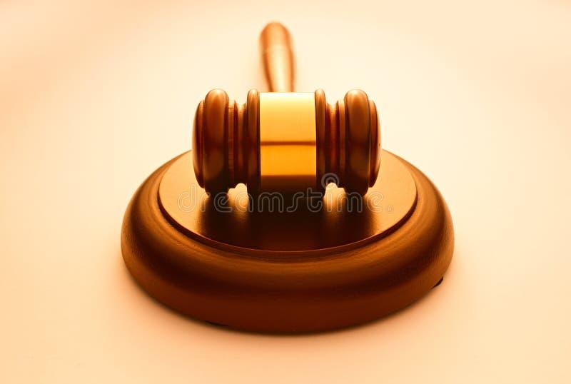 Marteau en bois employé par un juge ou un commissaire-priseur photos stock