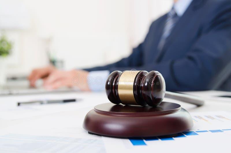 Marteau en bois sur la table Mandataire travaillant dans le bureau image libre de droits