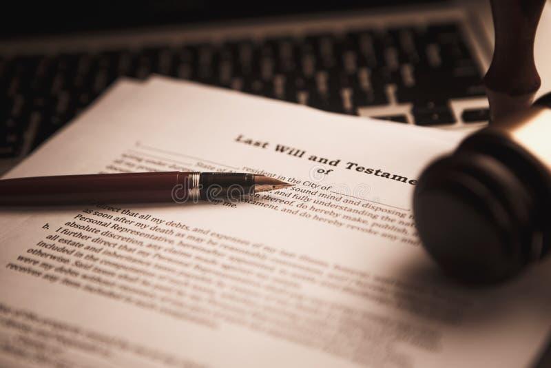 Marteau en bois sur la table Mandataire travaillant dans la salle d'audience concept juridique de législation de marteau de justi images stock