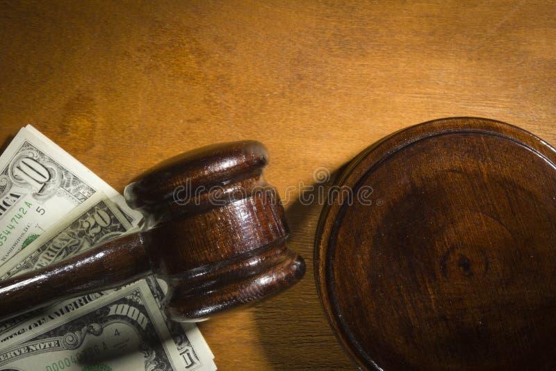 Marteau et argent de juge photographie stock libre de droits