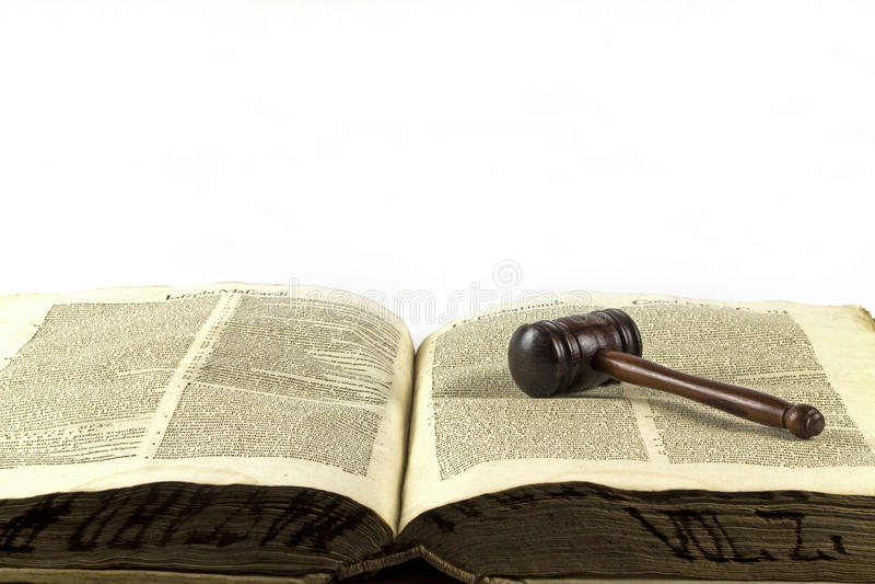 Marteau et livre de loi en bois image libre de droits