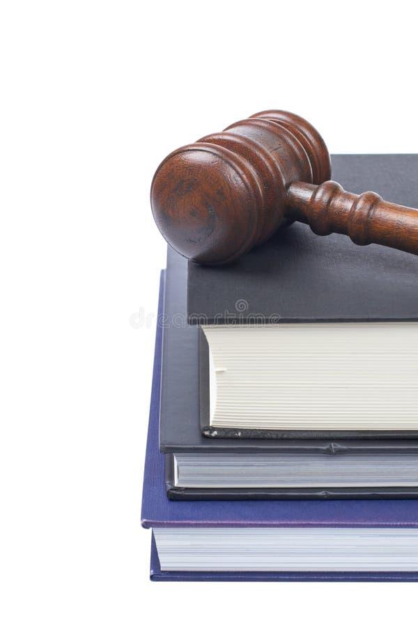 Marteau et livres de loi en bois photo stock