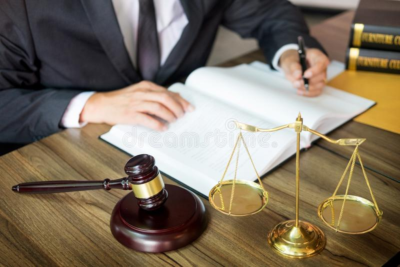 marteau et soundblock de la loi et de l'avocat de justice travaillant au fond en bois de bureau photo libre de droits