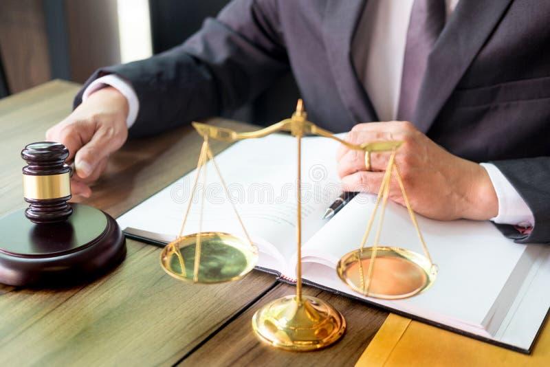 marteau et soundblock de la loi et de l'avocat de justice travaillant au fond en bois de bureau photographie stock libre de droits