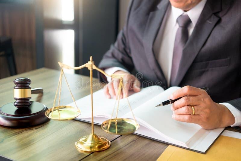marteau et soundblock de la loi et de l'avocat de justice travaillant au fond en bois de bureau images libres de droits