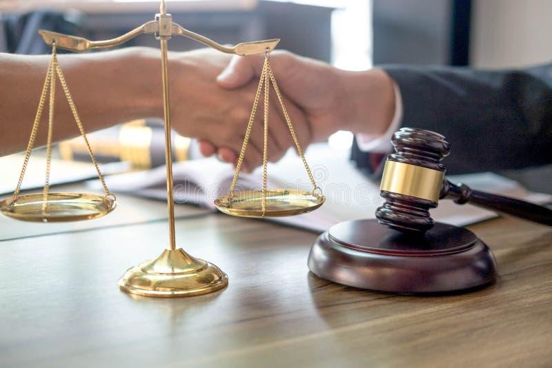 marteau et soundblock de la loi et de l'avocat de justice travaillant au fond en bois de bureau photos stock